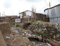 Vuile krottenwijk met vuilnis en slecht water royalty-vrije stock fotografie