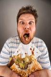 Vuile mens het kauwen hamburger Royalty-vrije Stock Afbeelding
