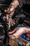 Vuile mensenhanden en motor van een auto Royalty-vrije Stock Fotografie