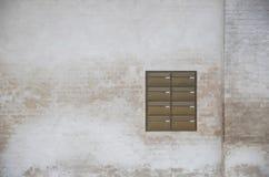 Vuile muur met Brievenbussen Royalty-vrije Stock Afbeeldingen