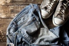 Vuile oude jeans en tennisschoenen Royalty-vrije Stock Afbeeldingen