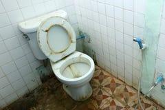 Vuile oude toilettenkom en de badkamerss Stock Afbeeldingen