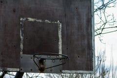 Vuile oude verlaten basketbalhoepel royalty-vrije stock afbeeldingen