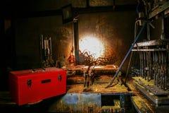 Vuile oude workshop in een donkere ruimte met metaalmachines Stock Foto