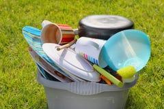 Vuile platen en schotels in de zon op een kampeerterreinwachten omhoog te wassen Stock Foto's