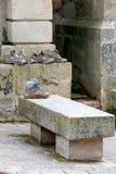 Vuile schoenen van pelgrims dichtbij een rustende plaats Stock Foto