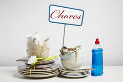 Vuile schotelsstapel die het wassen omhoog op witte achtergrond wensen Stock Afbeelding