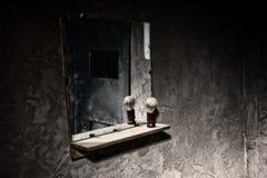 Vuile spiegel in donkere gevangeniscel Royalty-vrije Stock Fotografie