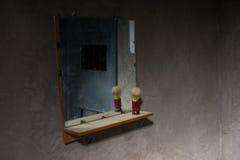 Vuile spiegel in lege donkere gevangeniscel Royalty-vrije Stock Afbeeldingen
