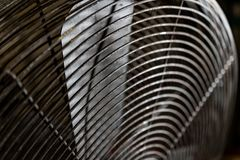 Vuile versleten oude roestige elektrische industriële ventilator stock afbeeldingen