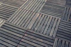 Vuile vierkante houten die dekken op de vloer worden geschikt Stock Afbeelding