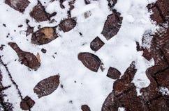 Vuile voetafdrukken in de sneeuwwinter Spoor van laarzen op tra Royalty-vrije Stock Afbeeldingen