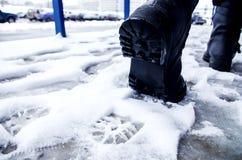 Vuile voetafdrukken in de sneeuwwinter Spoor van laarzen op tra Stock Fotografie