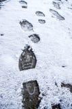 Vuile voetafdrukken in de sneeuwwinter Spoor van laarzen op tra Stock Afbeelding