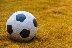 Vuile voetbalbal Royalty-vrije Stock Afbeeldingen