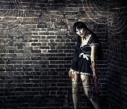 Vuile vrouwenzombie die bloedige bijl houden Stock Foto