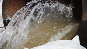 Vuile waterstromen uit de concrete pijp ecologische crisisfoto stock videobeelden