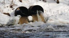 Vuile waterstromen uit de concrete pijp ecologische crisisfoto stock video