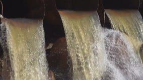 Vuile waterstromen van een pijp stock footage