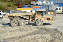 Vuile zware die Volvo-kipwagen door rots wordt geladen die zich in het werkplaats bewegen Royalty-vrije Stock Afbeeldingen