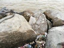 Vuilnis dichtbij het strand wordt geworpen dat stock foto
