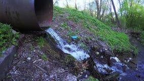 Vuilnis en waterrioolpijp stock footage