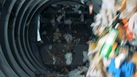 Vuilnis het sorteren bij een verwerkingsinstallatie, sluit omhoog stock video