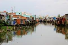 Vuilnis uitgestrooide rivier in Ho Chi Minh City, Vietnam stock afbeelding