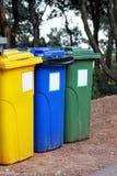 Vuilnisbak, huisvuilbak, recyclingsbak in toeristen complexe toevlucht, die door vuilnisauto wachten zijn verbeterd Blauw, geel e royalty-vrije stock fotografie