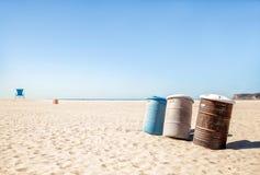 Vuilnisbakken op een verlaten strand stock foto