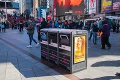 Vuilnisbakken in Times Square Manhattan New York worden gevestigd die terrorismebewijs zijn en drie afzonderlijke containers die  stock foto's
