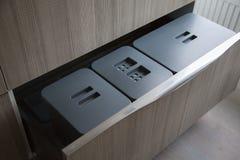 Vuilniscontainers in de keukenladen Royalty-vrije Stock Afbeelding