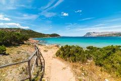 Vuilweg aan het strand in Capo-Coda Cavallo stock afbeelding