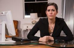 Vuist Beambte de Vrouwelijke van Bedrijfsvrouwenslagen op Bureau Stock Afbeeldingen