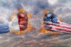 Vuist twee met de vlag van Nederland en de V.S. bij elkaar onder ogen die wordt gezien die Royalty-vrije Stock Afbeeldingen