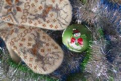Vuisthandschoenen en Kerstmisdecoratie Royalty-vrije Stock Foto
