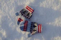 Vuisthandschoenen op sneeuw Royalty-vrije Stock Afbeeldingen