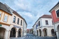VUKOVAR KROATIEN - MAJ 13, 2018: Franjo Tudjman gata, den huvudsakliga gatan av den Slavonien staden av Vukovar, i nordlig Kroati Arkivfoton