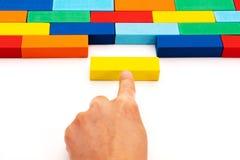 Vul bedrijfsoplossingenconcept in, paste een stuk van houten blokraadsel in een lege ruimte stock afbeelding