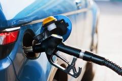 Vul brandstof bij benzinestation op Royalty-vrije Stock Foto