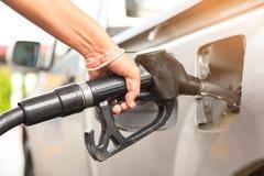 Vul brandstof bij benzinestation op Stock Foto