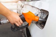Vul brandstof bij benzinestation op Royalty-vrije Stock Afbeelding