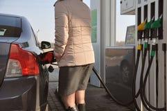 Vul de auto met brandstof Bijtankend kanon in tankvuller royalty-vrije stock foto's