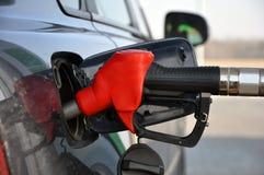 Vul de auto met brandstof Bijtankend kanon in tankvuller stock foto's