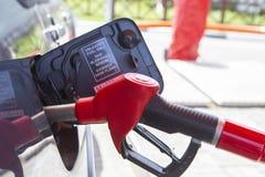 Vul de auto met brandstof De auto wordt gevuld met benzine bij een benzinestation De pomp van het benzinestation Mensen bijtanken stock afbeelding