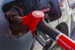Vul de auto met brandstof De auto wordt gevuld met benzine bij een benzinestation De pomp van het benzinestation Mensen bijtanken royalty-vrije stock afbeeldingen