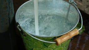 Vul een emmer met drinkwater