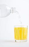 Vul glas mineraalwater stock afbeeldingen