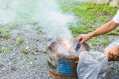 Vul houtskoolbriket aan hete vlammende houtskool in bbq grillfornuis Brandende houtskool voor het koken van barbecuevoedsel royalty-vrije stock afbeelding