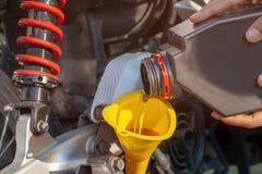 Vul olie aan de motor na het drijven van motorfiets Selectieve nadruk stock afbeelding